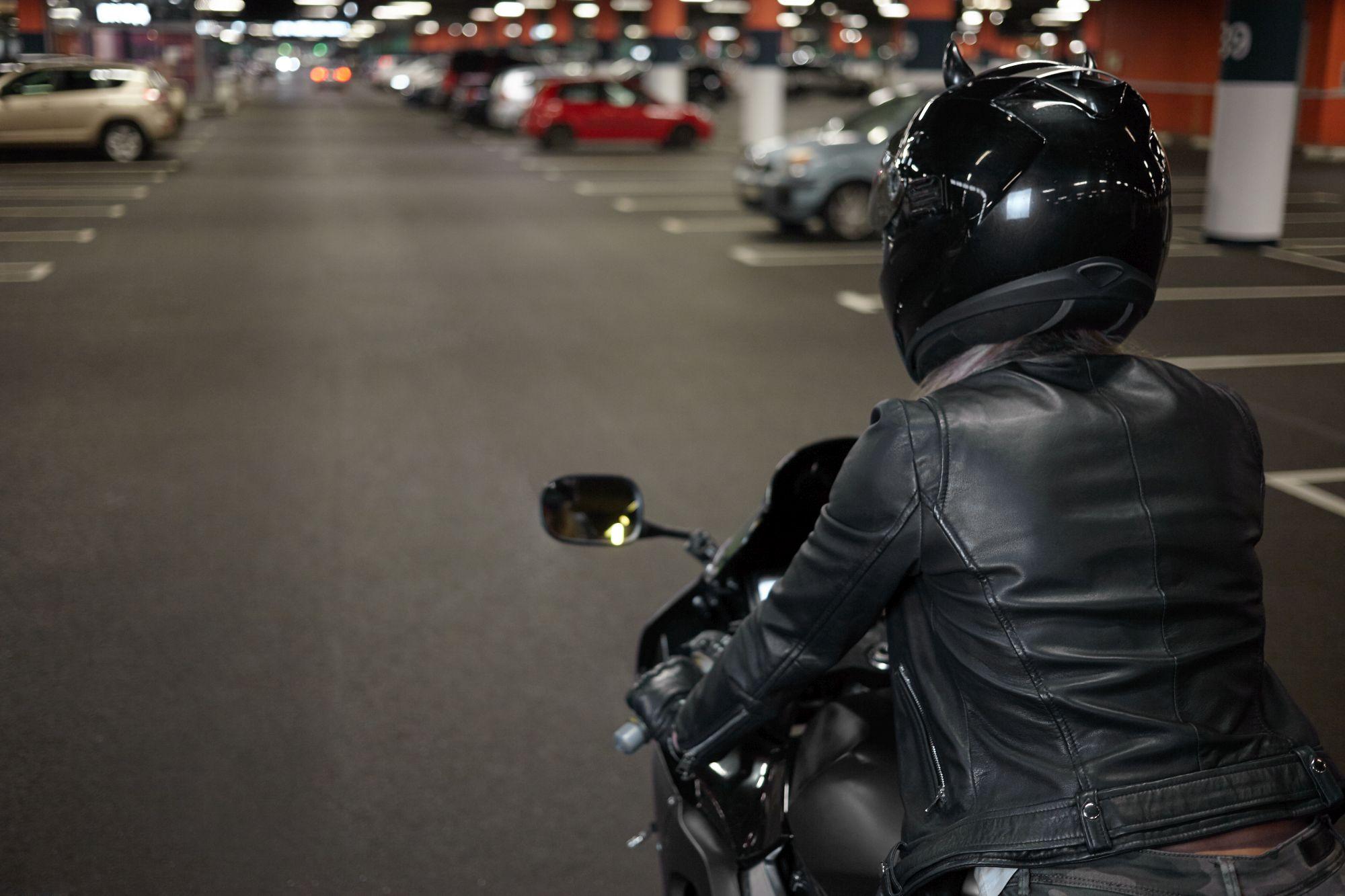 A motoros kabát anyagának strapabírónak kell lennie