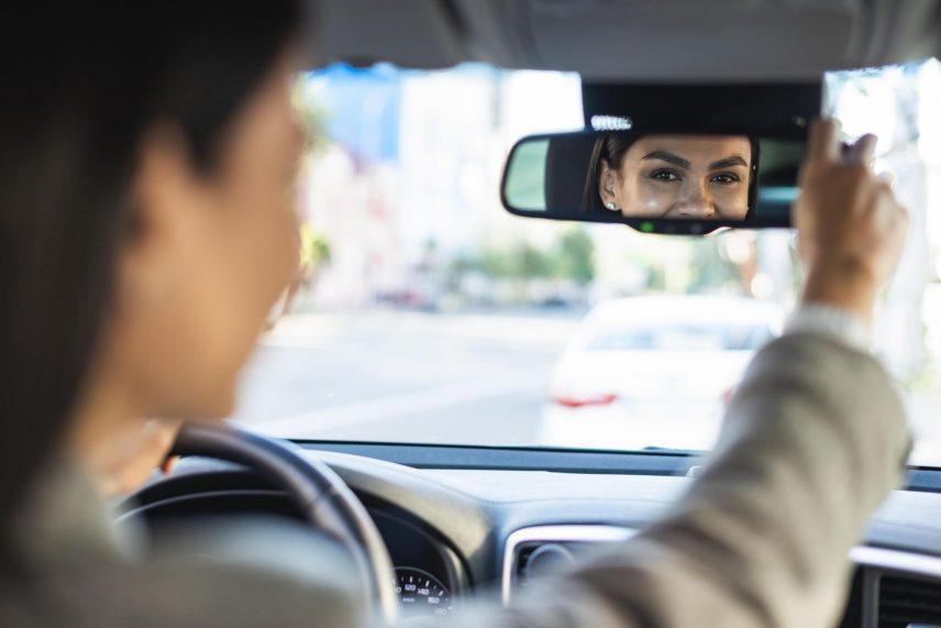 A visszapillantó tükör kamera egyszerű visszapillantóként is funkcionál