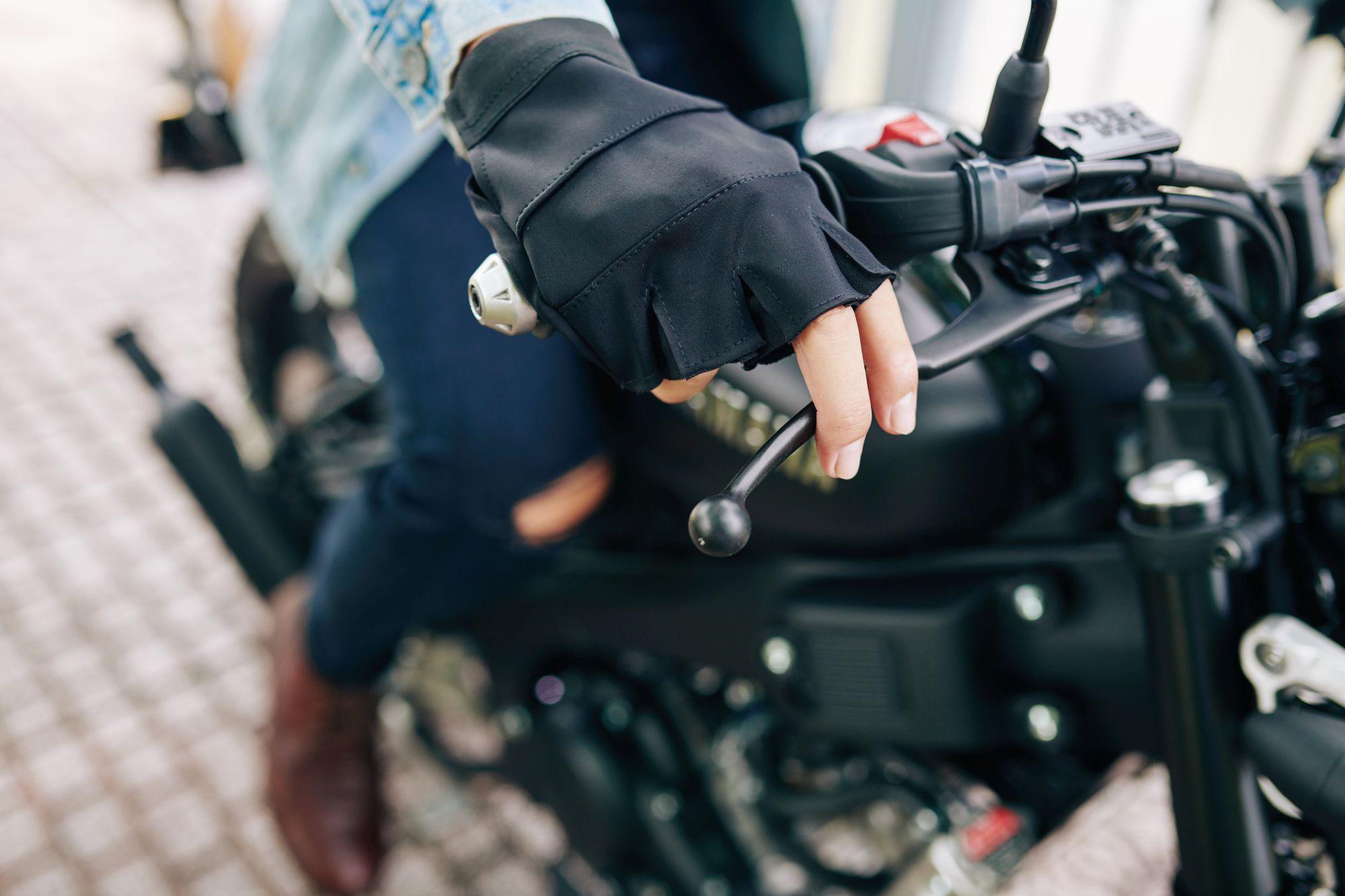 Az ujjatlan motoros kesztyűk jól szellőznek viszont nem sok védelmet nyújtanak