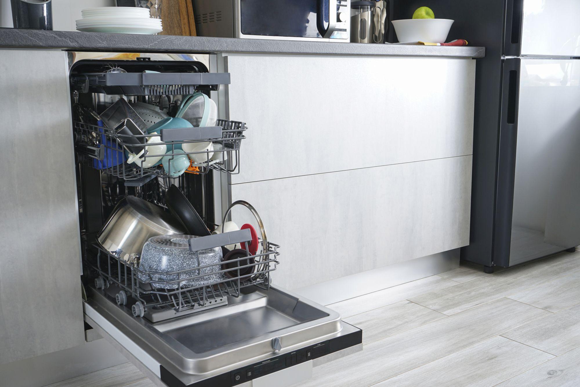 Beépített mosogatógép edényekkel