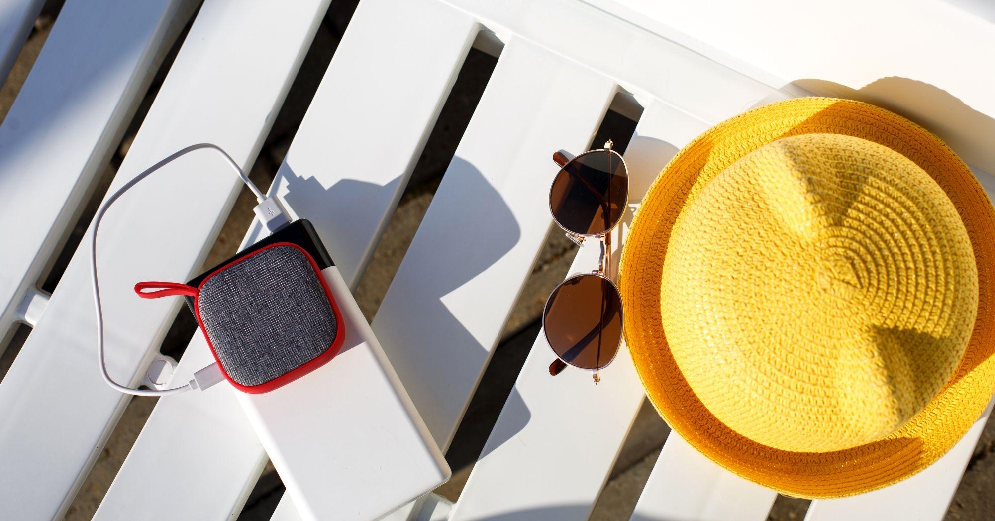 Bluetooth hangszóró töltés közben a strandon