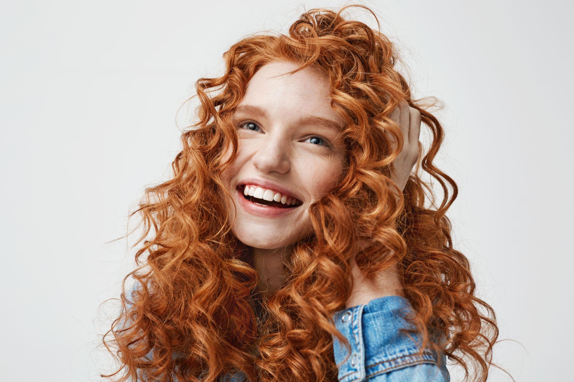 Boldog göndör vörös hajú lány