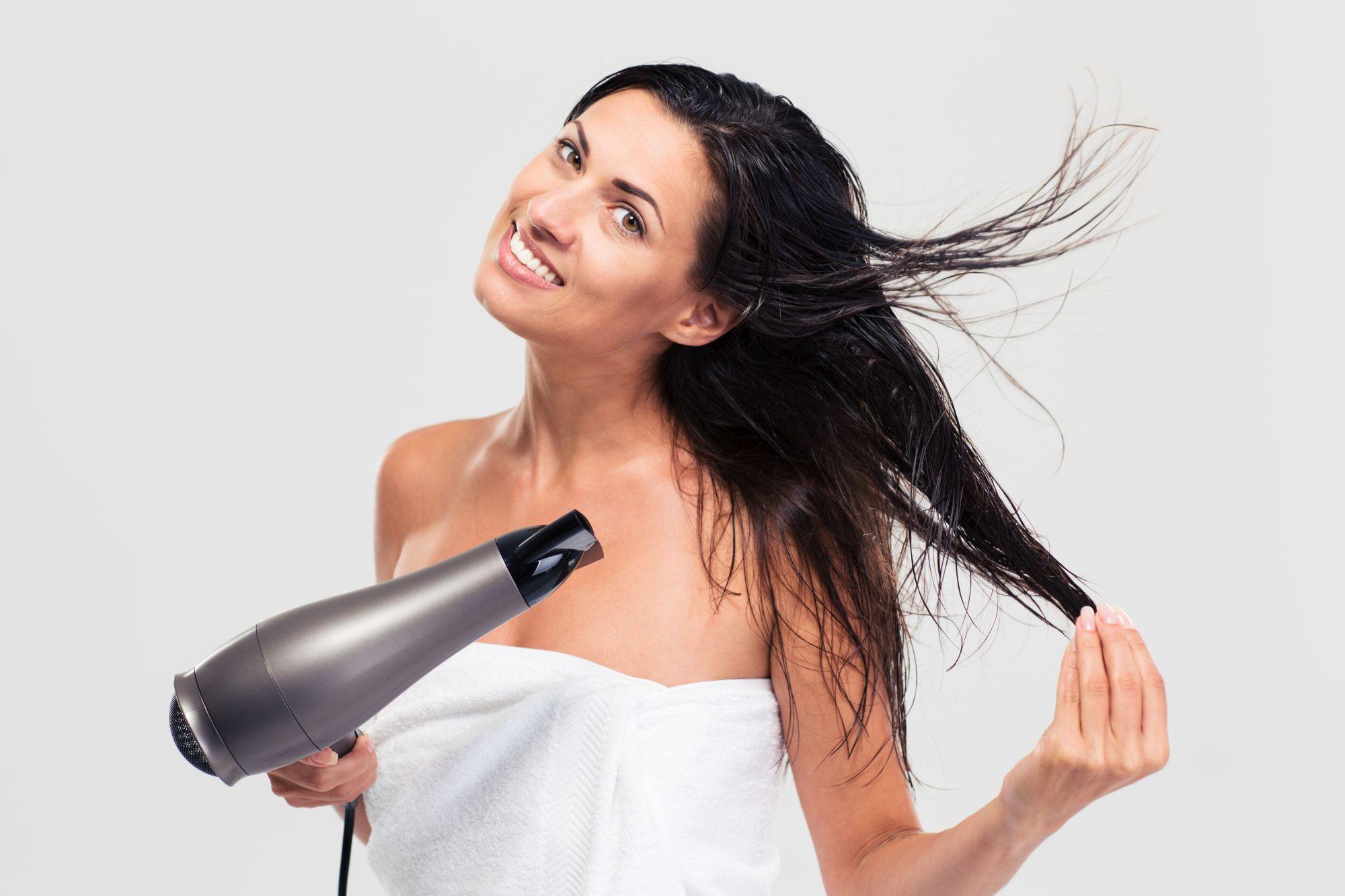 Boldog nő hajat szárít