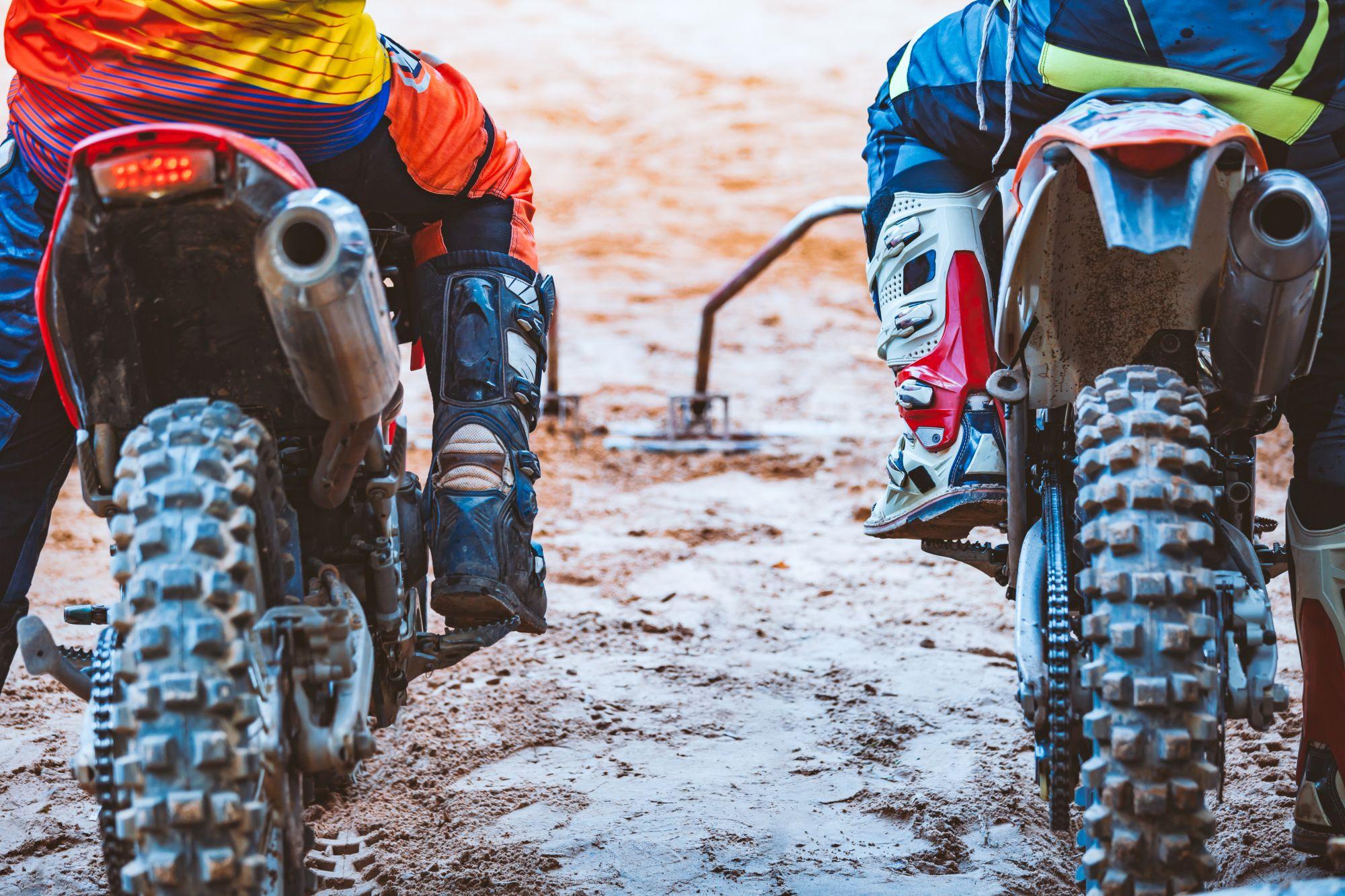 Crossmotorozó emberek motoros csizmában