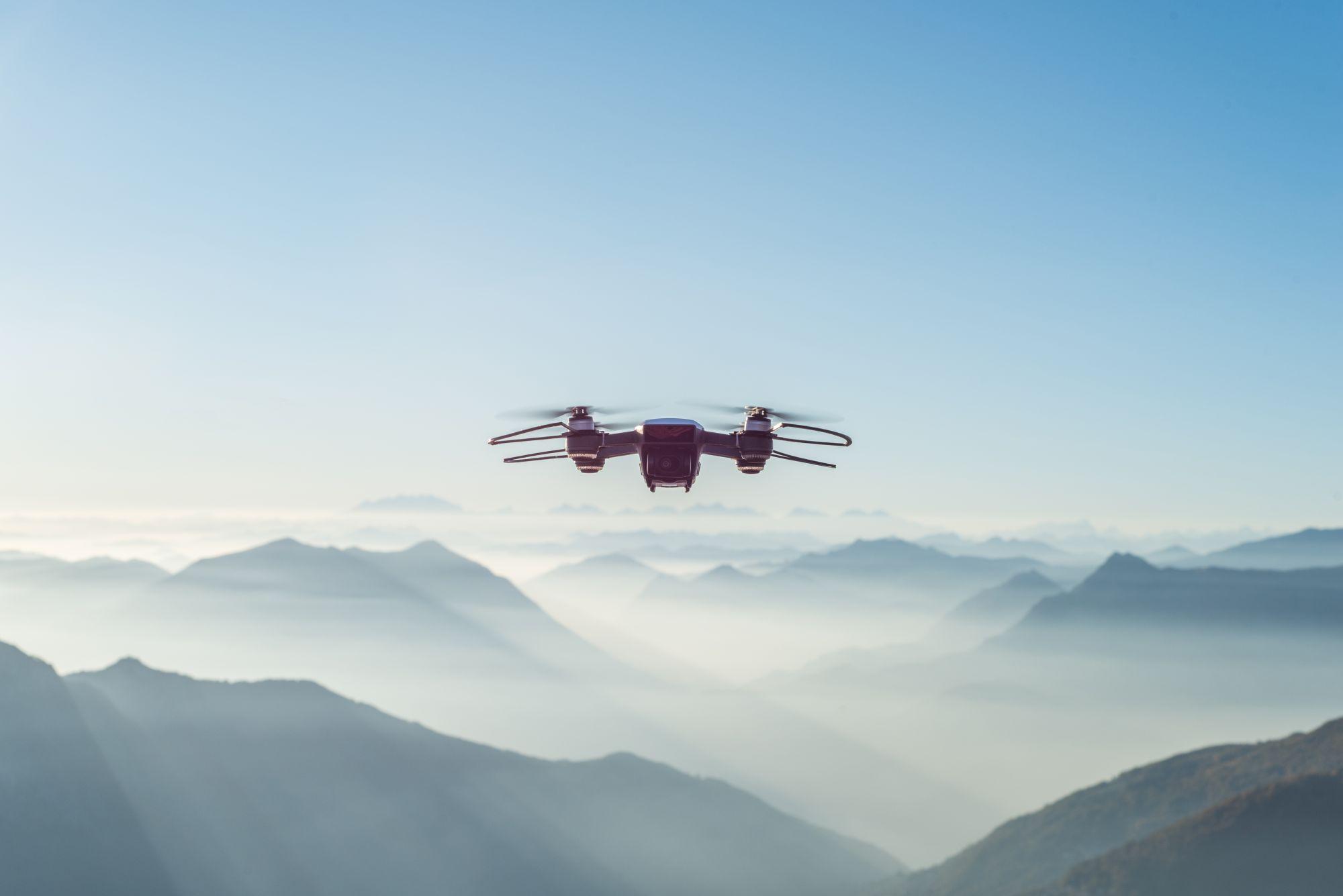 Drón repül a hegyek felett