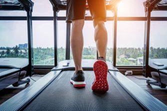 Egy férfi futópad használat közben