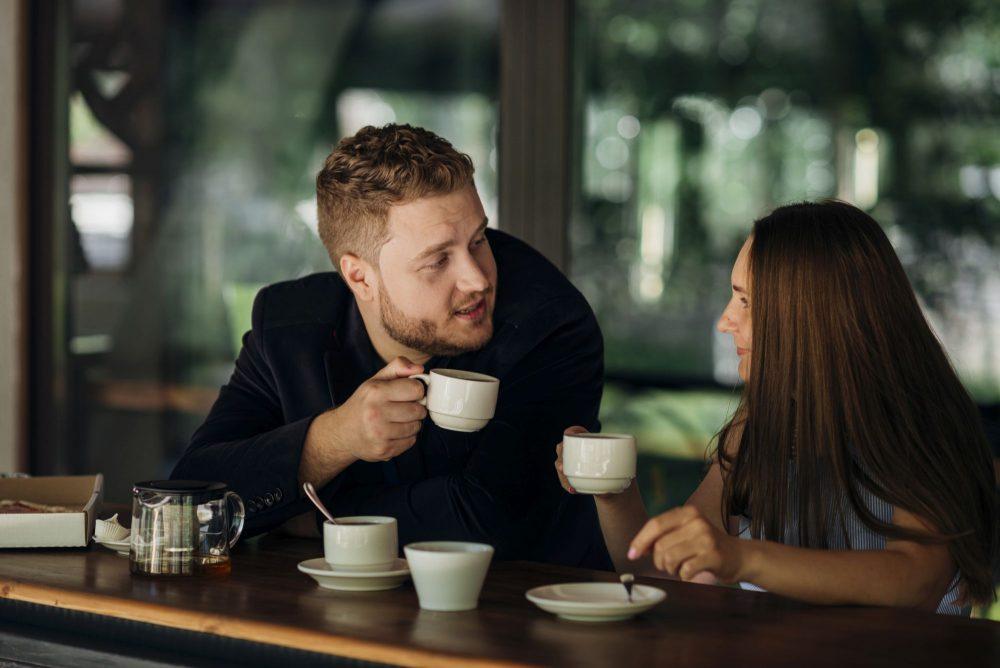 Egy pár tea mellett beszélget