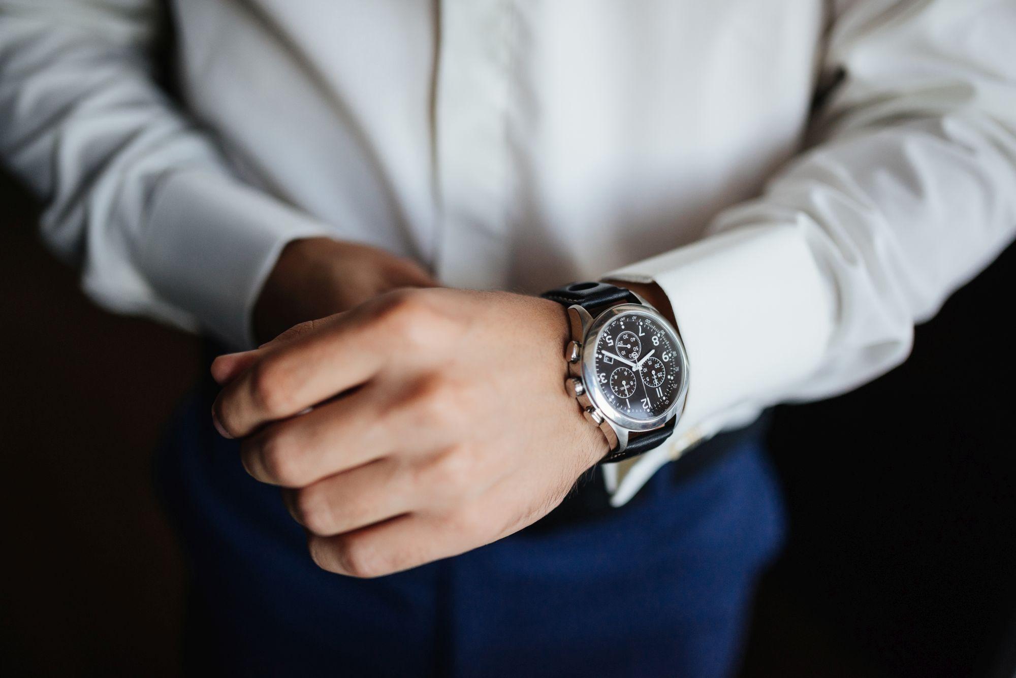 Elegáns férfi kezén hagyományos óra