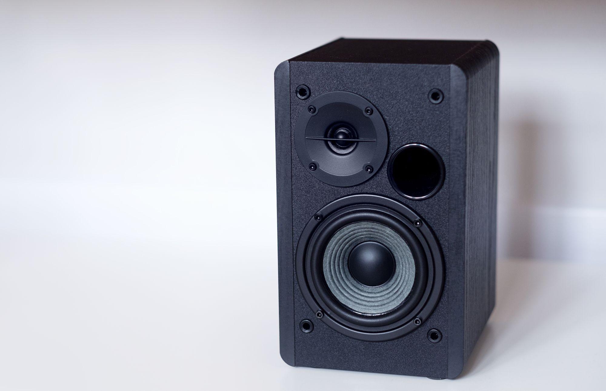 Fekete Wi-Fi hangfal otthoni használat közben