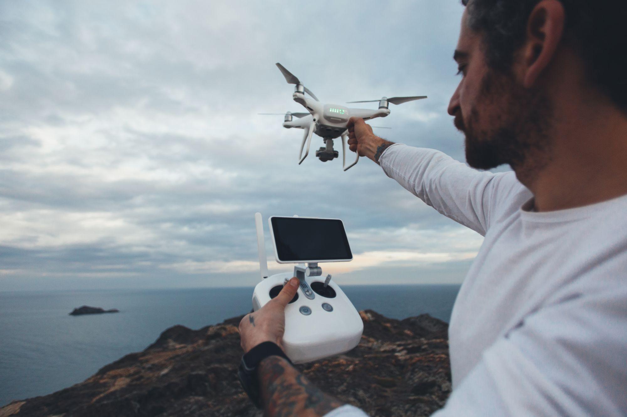 Férfi drónt irányít távirányítóval