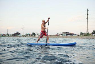 Férfi gyorsan paddleboardozik