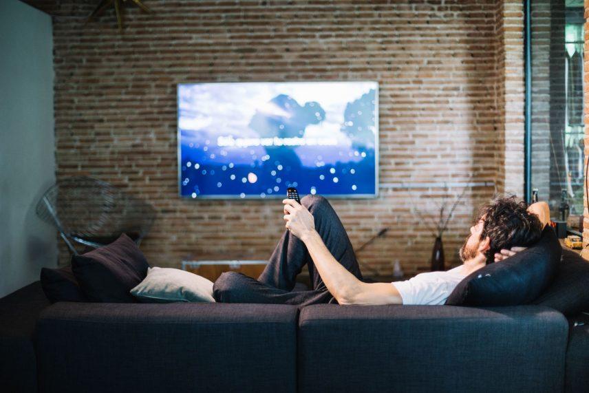 Férfi tévét néz