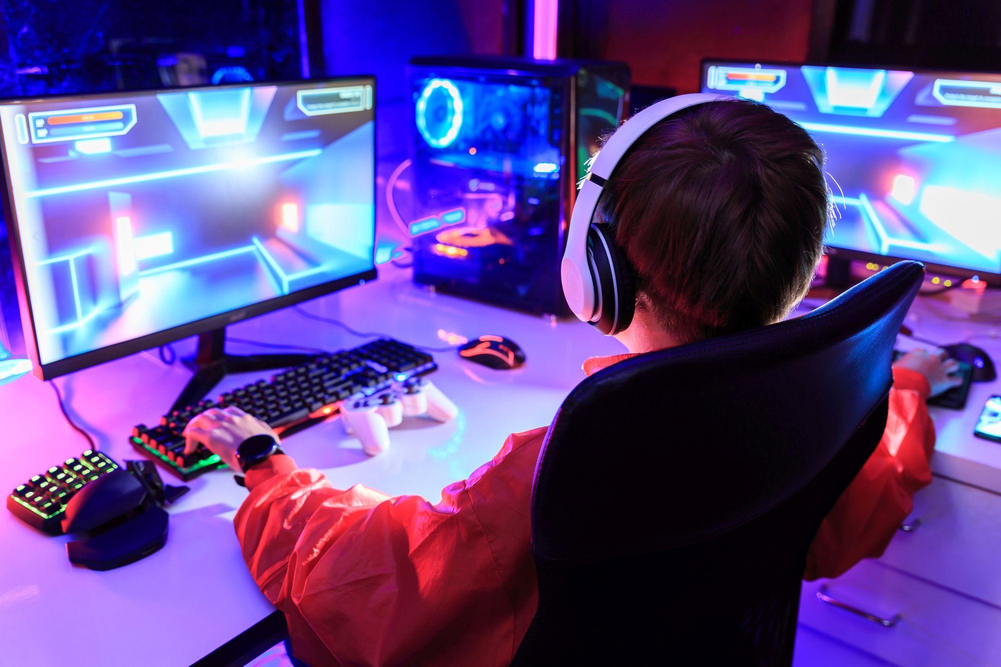 Fiú mesh anyagú gamer széken játszik