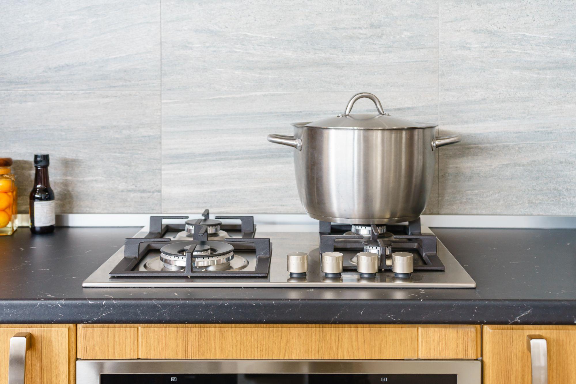 Gáztűzhely modern konyhában