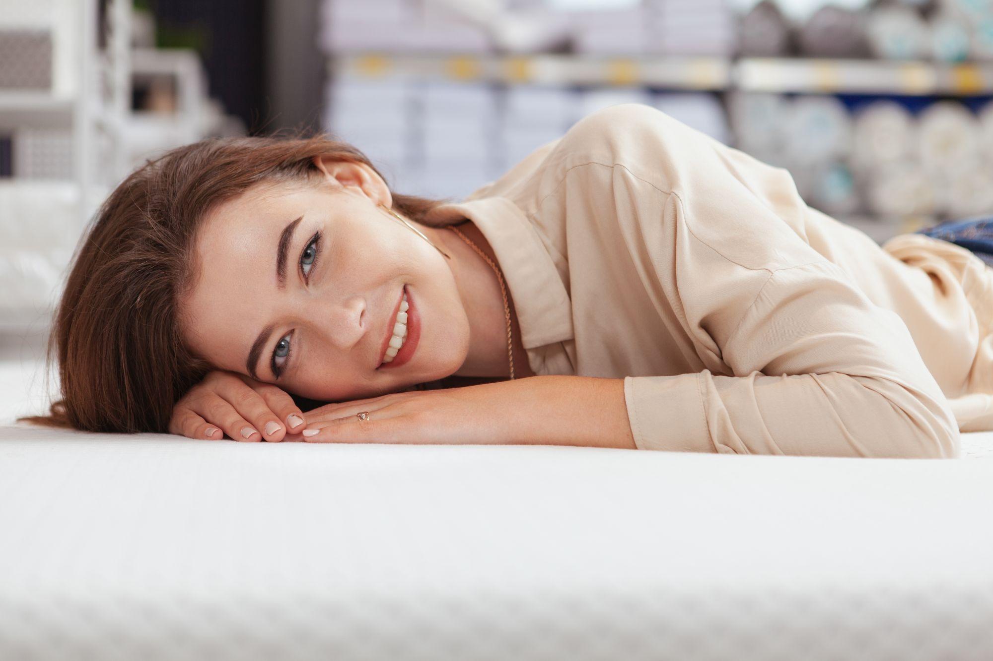 Kényelmes matracon fekvő nő