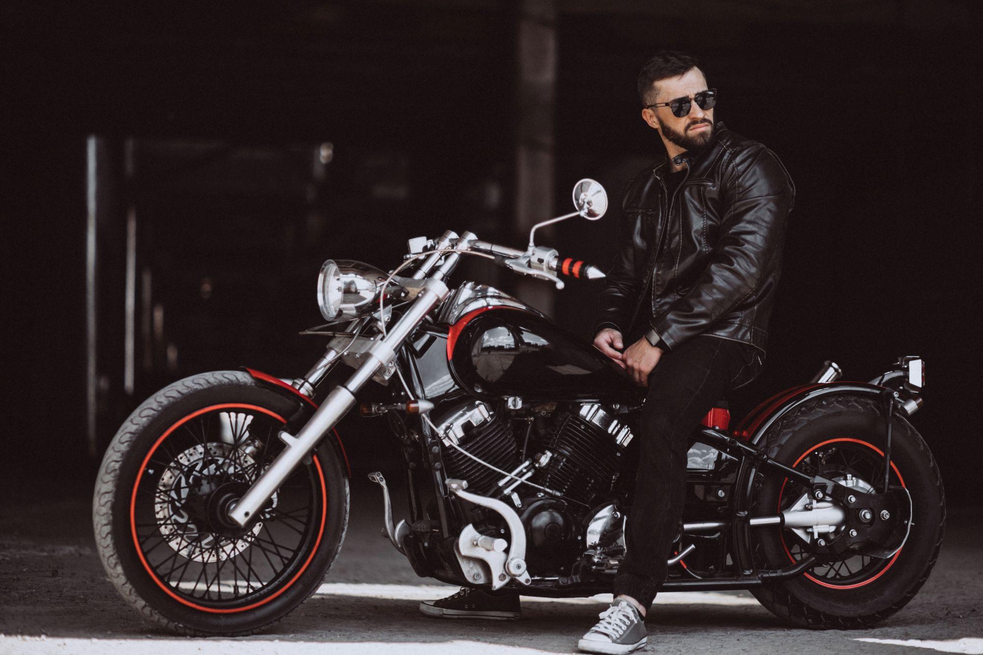 Klasszikus és népszerű motoros kabát anyag a bőr