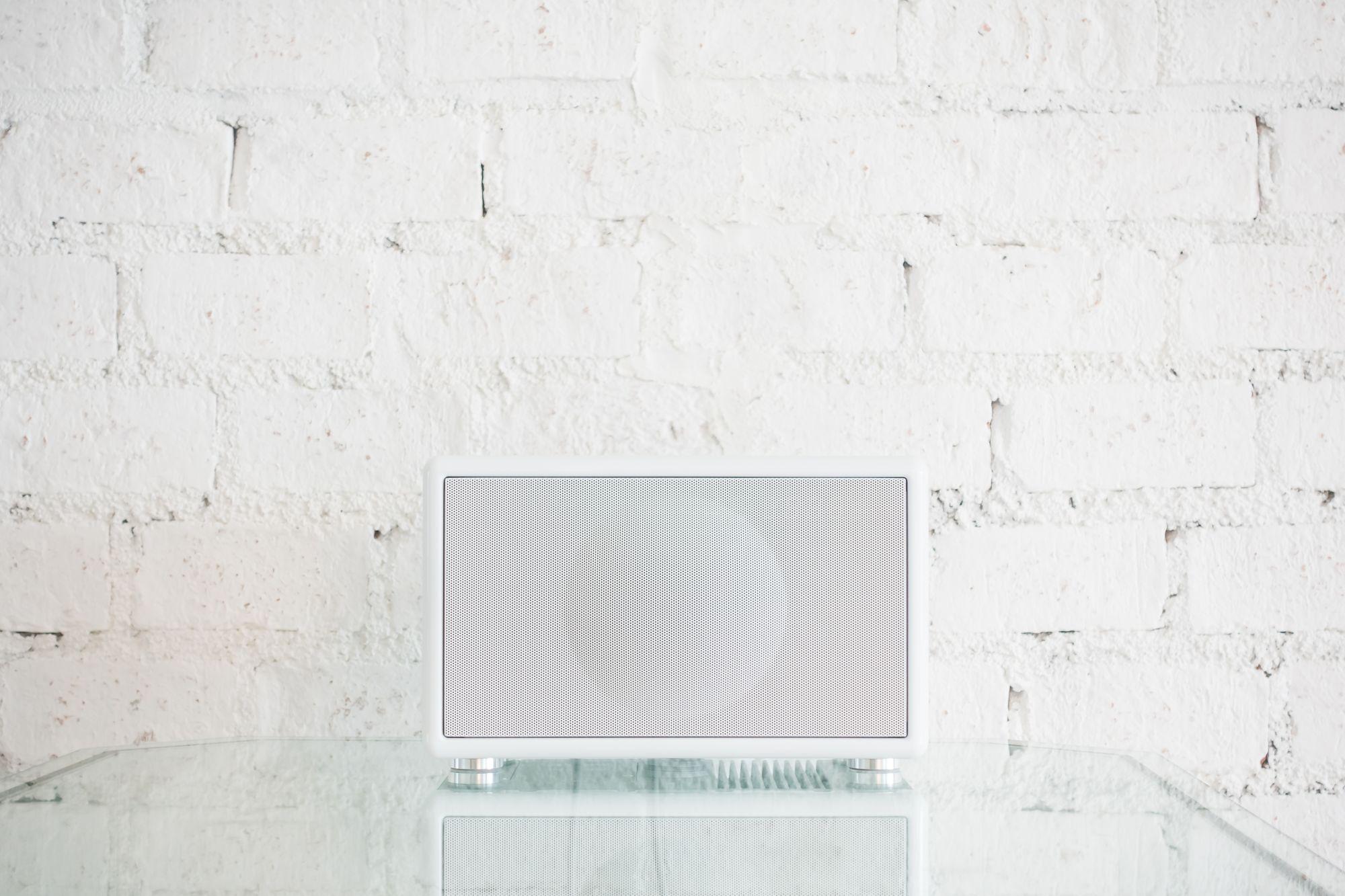 Letisztult fehér színű Wi-Fi hangfal