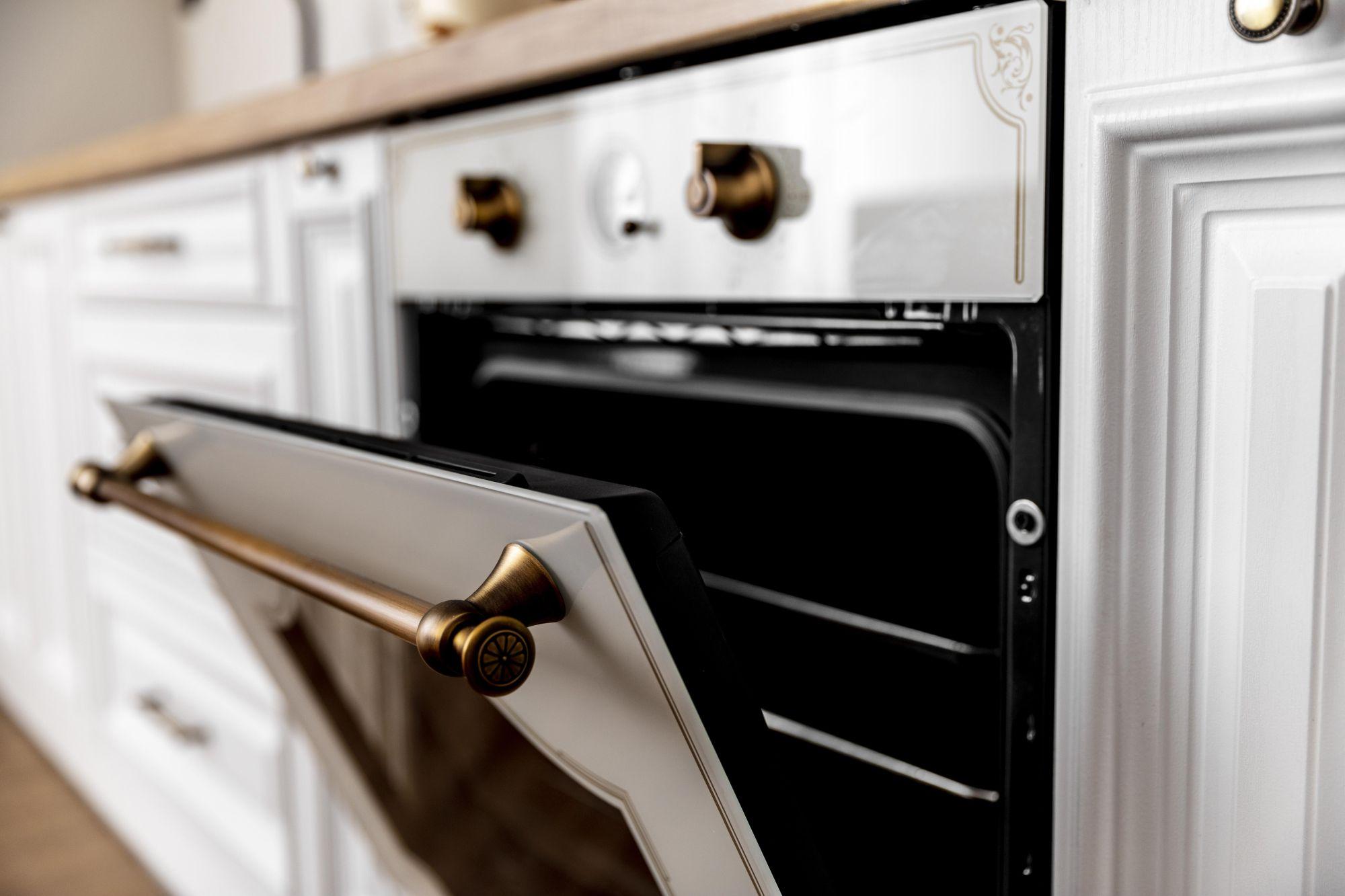 Modern gáztűzhely nyitott sütőajtaja