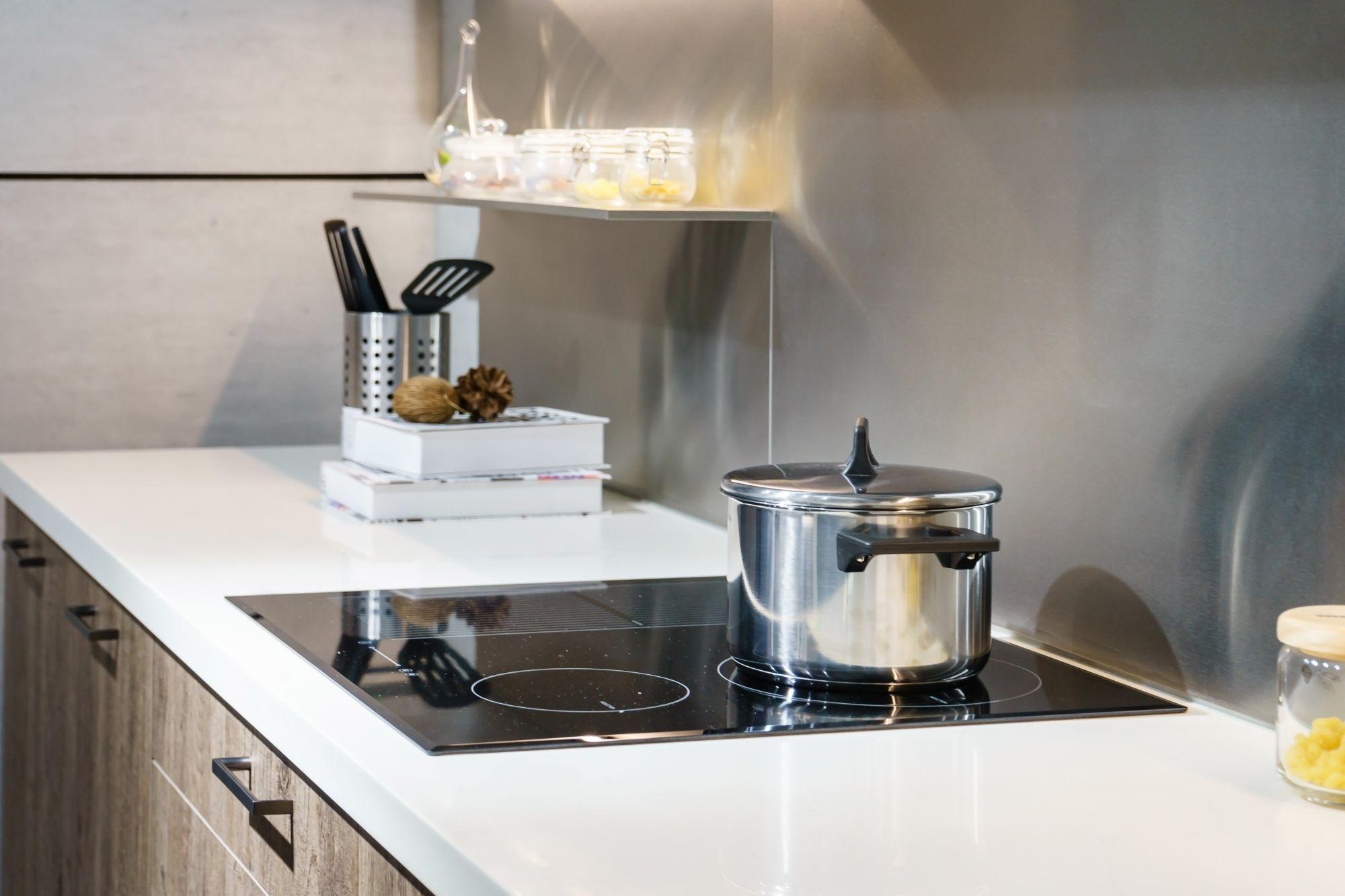 Modern konyha elektromos tűzhellyel