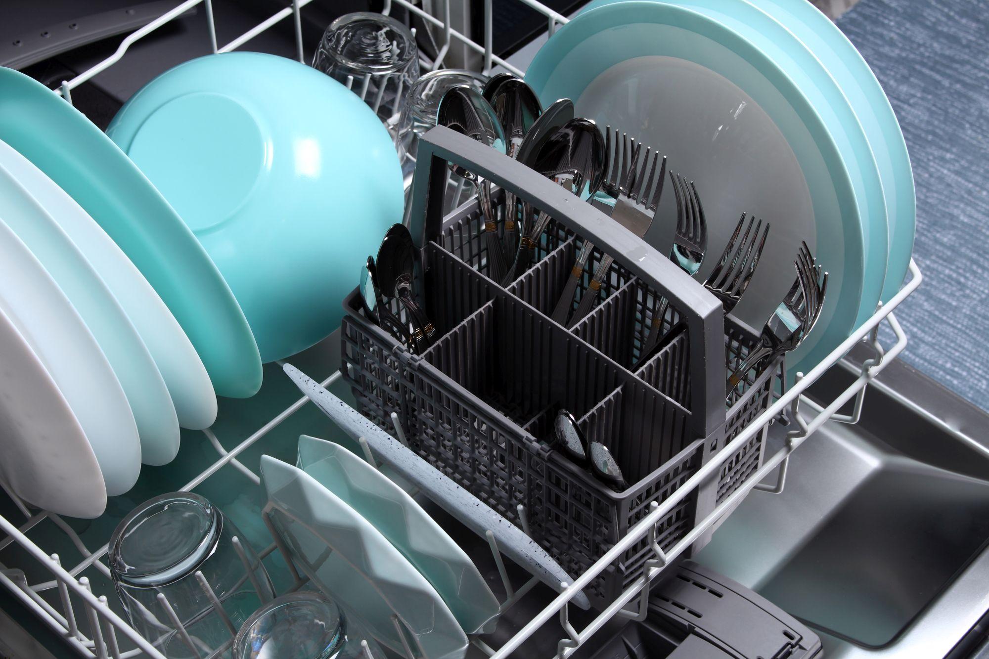 Nyitott mosogatógép edényekkel