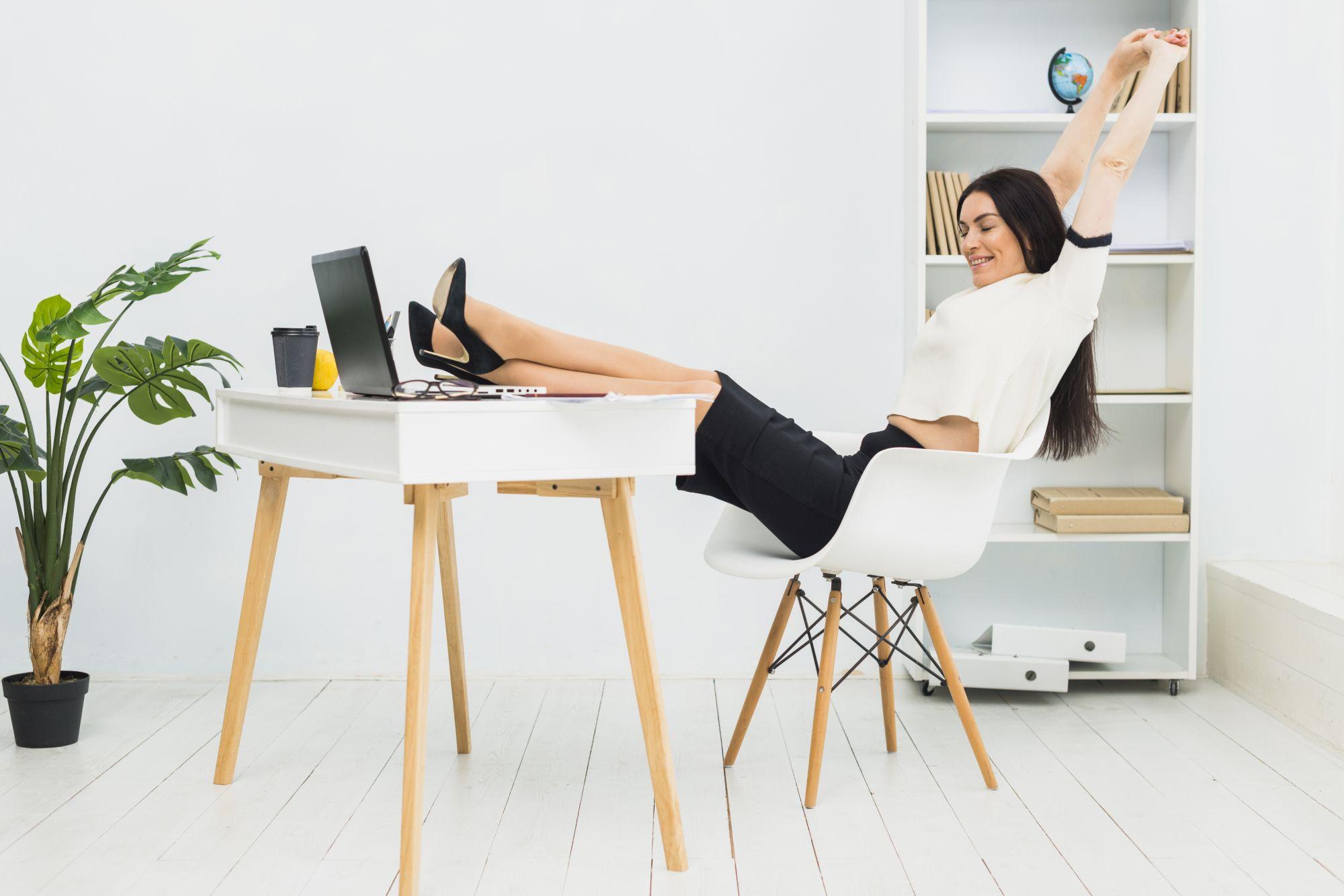 Nyújtózkodó nő irodában