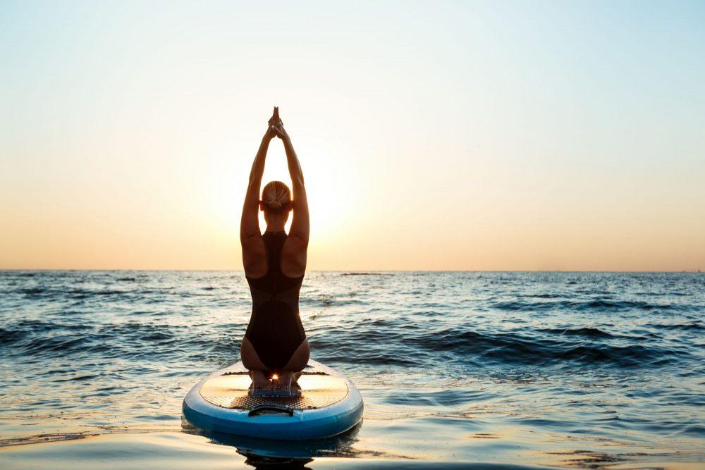 Vízi jóga paddleboardon