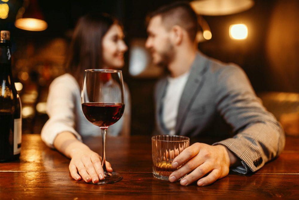 Romantikus beszélgetés bor mellett