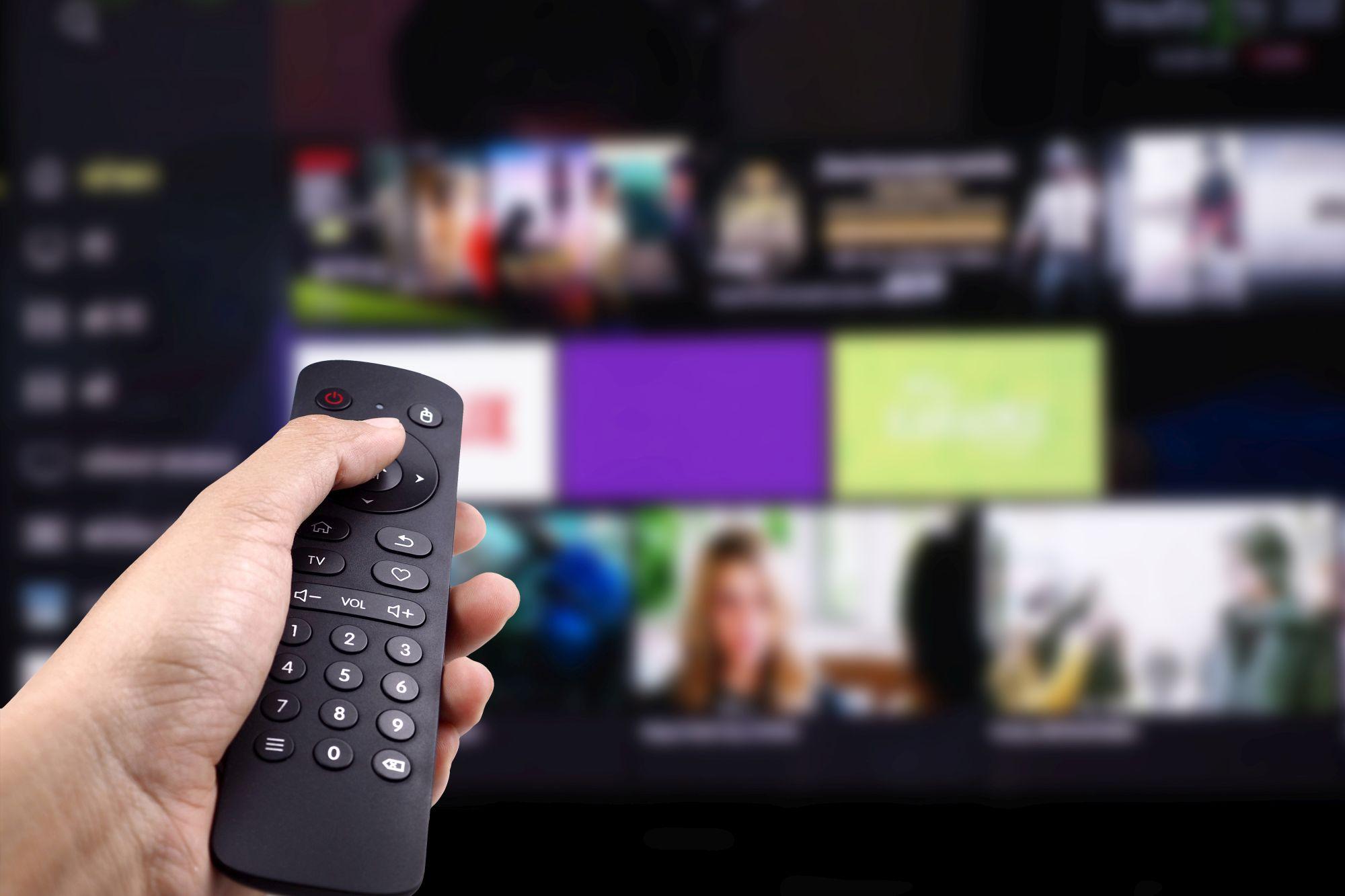 Távirányító háttérben tv-vel