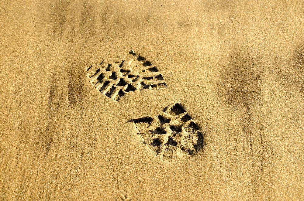 Bakancsnyom a homokban